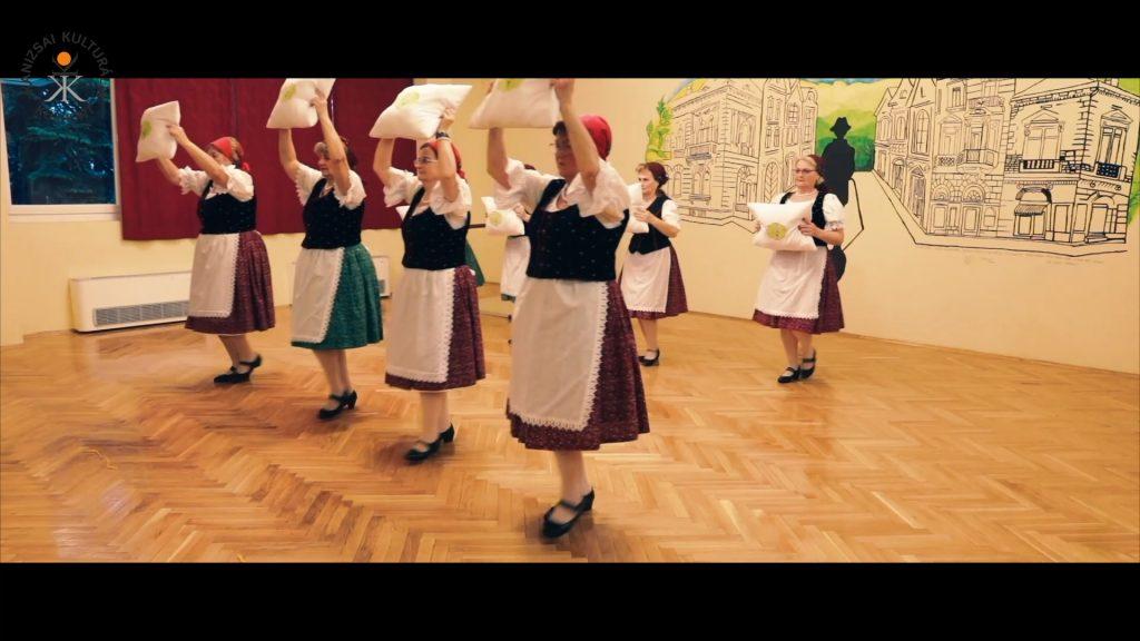 GYÖNGYVIRÁG NYUGDÍJAS NÉPTÁNCCSOPORT – Párnás tánc